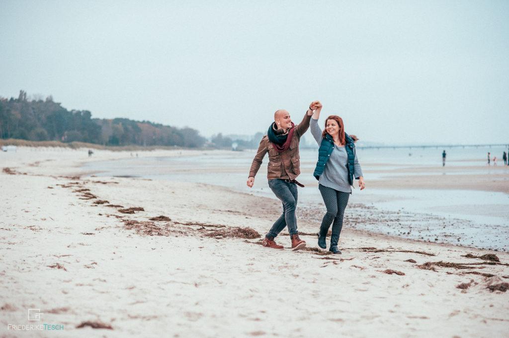 Paarshooting an der Ostsee, am Meer - natürlicher Fotograf in Rostock - 7