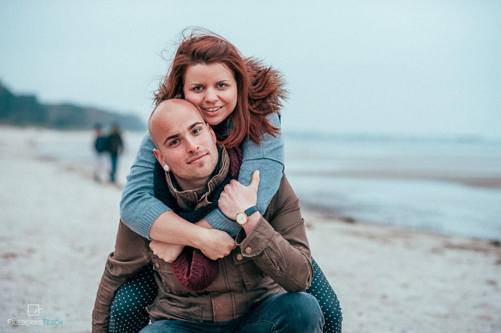 Paarshooting an der Ostsee, am Meer - natürliche Fotos in Rostock - 3